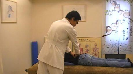 腰の痛い所を指圧します