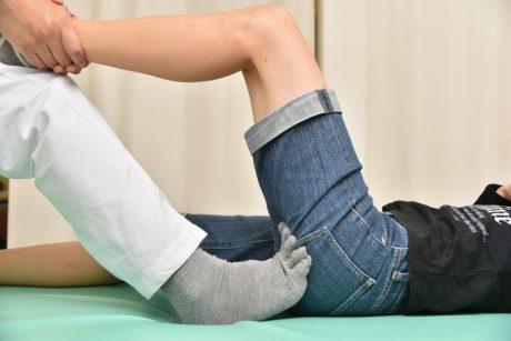 足の拇趾で坐骨を軽く押します