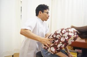 腰椎分離症の施術風景