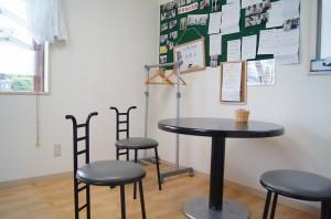 カフェ風の落ち着いた待合室で問診や説明も行います。