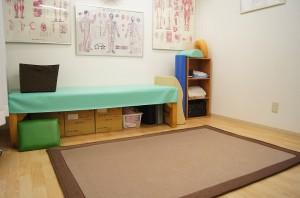 当院の整体術はフロアでの寝起きや正座などの動作チェック・改善なども行います。