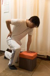 腰痛腰痛い腰に手を当てる