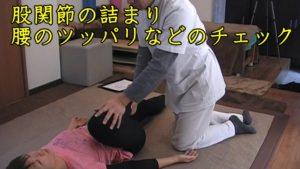 検査①膝を胸につかづけていって、股関節の詰まりや腰・臀部のツッパリなどを確認します。この検査で多いのは股関節が圧迫されていて神経が詰まっていることです。大たい骨の位置が前方へズレてしまっていたり、大腿四頭筋の硬さが原因だったりします。