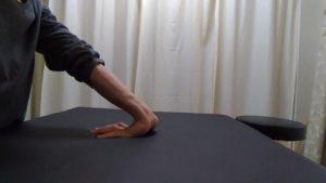 手の平をパーにしてベッドに当てて手首を反らします。体重がかかりやすい分、指のスジがしっかり伸ばされます。