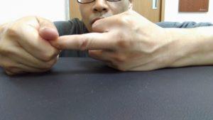 指ひねり。中指を外旋方向へ捻っています。わずかながら指も捻じれの遊びがあります。突き指の時は超微調整で指を持続的に外旋振動させます。曲がらなかった指も早期に曲がるようになります。