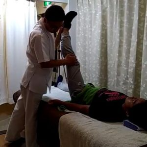 膝関節伸展股関節屈曲ハムストリングスのストレッチ