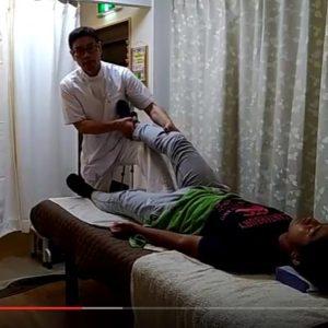 座骨部部に足を当てて膝やつま先をもって揺すったりもします。