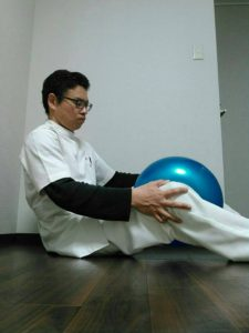 膝の間にボールを挟み力を入れたり抜いたりを繰り返す。内転筋や大腿四頭筋が鍛えられる。