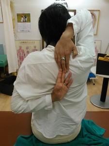 背中で握手施術後