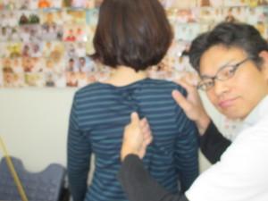 グサッと肩甲骨に指が入っています