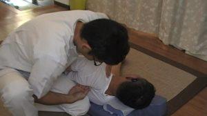 側臥位の肩甲骨はがしストレッチ