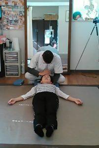 前頭骨と後頭骨を挟んで頭の骨を調整して神経の通りを良くします。