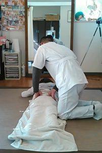 骨盤と腰椎の間を指圧