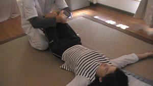 膝を挟み微振動で骨盤を刺激します