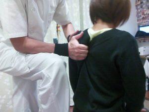 座位での肩甲骨はがし。実はこの状態が一番はがしにくいことがあります。腕の重みが重力がかかり僧帽筋が緊張すると肩甲骨が肋骨をくっつきやすいです。ですが、寝た状態で存分にほぐしているので、来た時よりもスッと指が入りはがしやすくなっています。