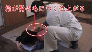 腕から肩甲骨のストレッチを行うと、柔らかい人なら指が髪の毛まで作らい上がるようになります。