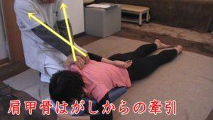 肩甲骨に指を入れてはがした状態から、さらに施術者の方へけん引して浮かしていきます。