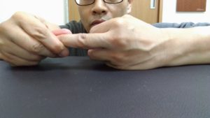 指捻り。内旋ストレッチ。外側に捻りにくい時に内旋方向へカウンターをかけます。ほんの僅かな動きですが地味力を加えることで可動域が広がります。