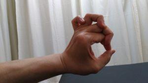 試してみよう!小指を薬指に、薬指を中指に、中指を人差し指に絡めて親指でOKを創る。