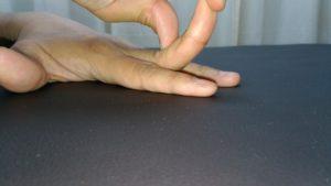 中指の第二関節(PIP関節)だけを伸展ストレッチ。プシャール結節の予防や改善にも効果的です。伸ばすだけでなくひねったり側屈させたりもしましょう!