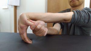 親指は拇指ともいい、親指側の手の平は母指球といい手の中では大きな筋肉があり握る時に重要ななので疲れにくくするようにしっかりストレッチします。
