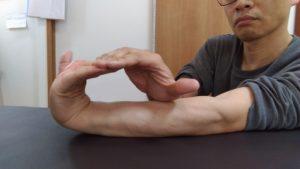 四指を上向きに反らすのは柔らかい人にはあまり効いてる感ないです。硬い人はこれから始めるのがいいかもしれません。