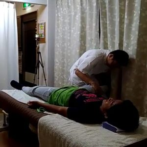 膝を伸ばしての内転筋ストレッチ