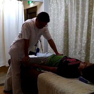 膝関節屈曲股関節外転で内転筋群ストレッチ