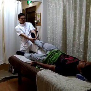 足の牽引で股関節の詰まりを取ることもあります