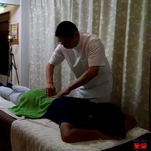 腰椎分離部分を指先で確認中