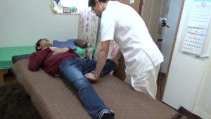 膝関節屈曲股関節外転テスト検査ストレッチ
