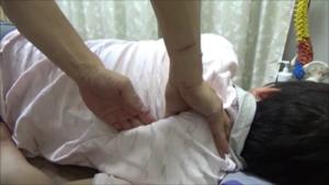 ザクっと下の肩甲骨を突き刺す様にも剥がす