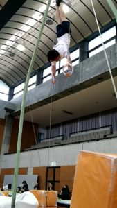 吊り輪で倒立