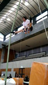 吊輪で開脚の脚前挙筋トレ