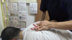 右手は下から上に回すのが硬い人が多いですが肩甲骨が柔らかくなるとかなり上がるようになります。
