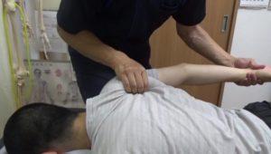 肩甲骨はがしをしながら手首をもって腕を回していくと肩甲骨につく深層筋までほぐれます。