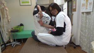 高校生が肩甲骨はがしを受けて背中で指を組んでみた (1)