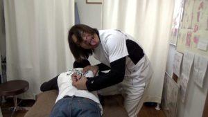 高校生が肩甲骨はがしを受けて背中で指を組んでみた