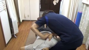 肩甲骨が浮き上がったら一気に両手で押し込んで指を奥深く突き刺していきます。