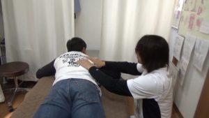 肩甲骨を背骨の方へ圧し戻す