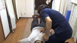 肩の前面を持ち上げて肩甲骨と肋骨の間に隙間を造り指を入れやすくしています。