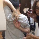 肩甲骨はがしで背中で指を組む