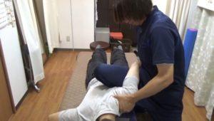 太ももに上腕をのせててこの原理で肩甲骨と鎖骨を後方へけん引しています。