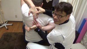 肩甲骨はがし整体で後ろで指がつく