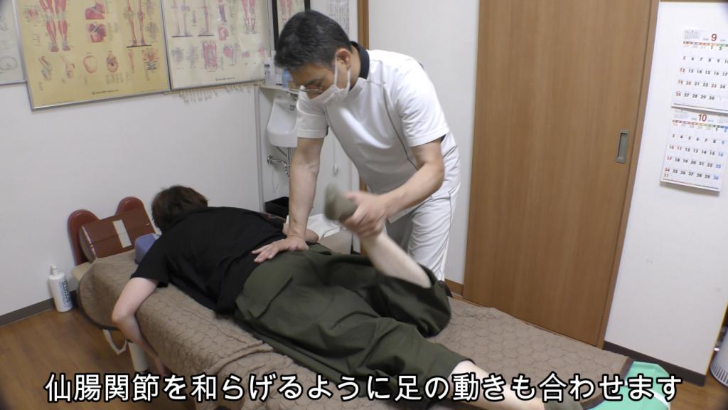 仙腸関節を和らげるように足の動きを合わせる