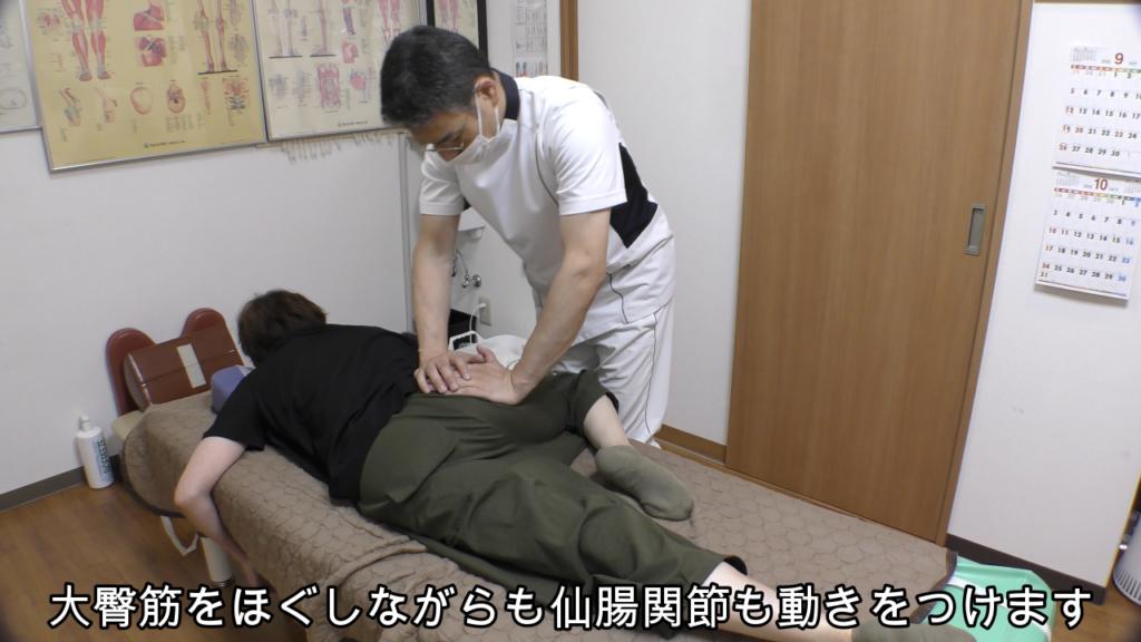 大臀筋をほぐしながら仙腸関節を動かす
